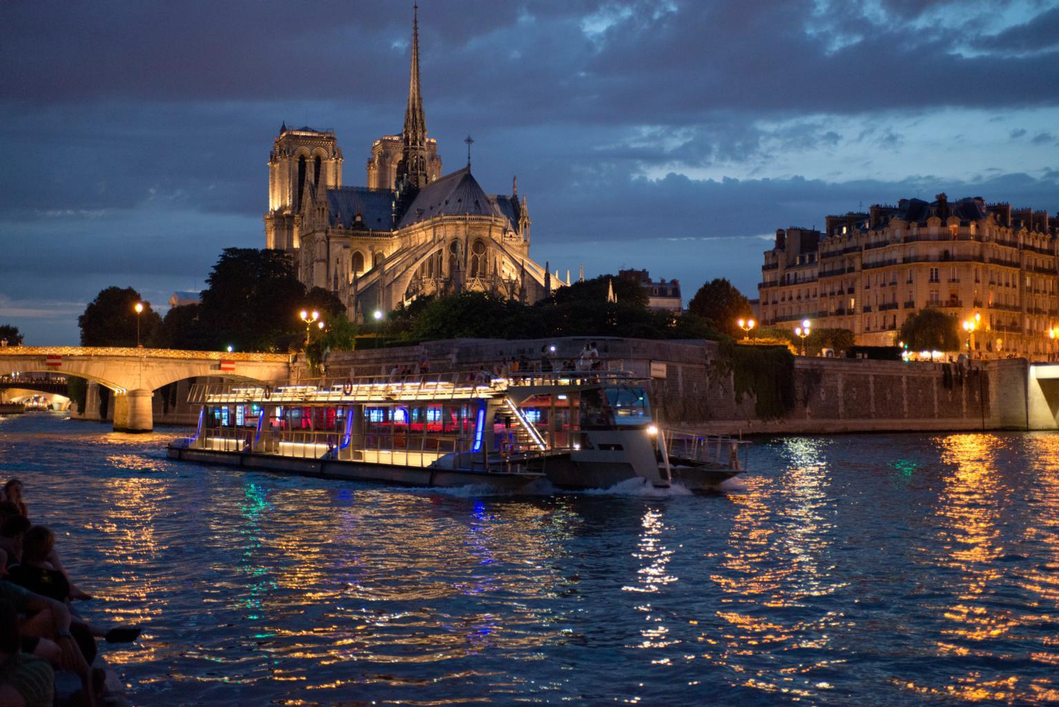 bateaux de nuit devant Notre Dame de Paris